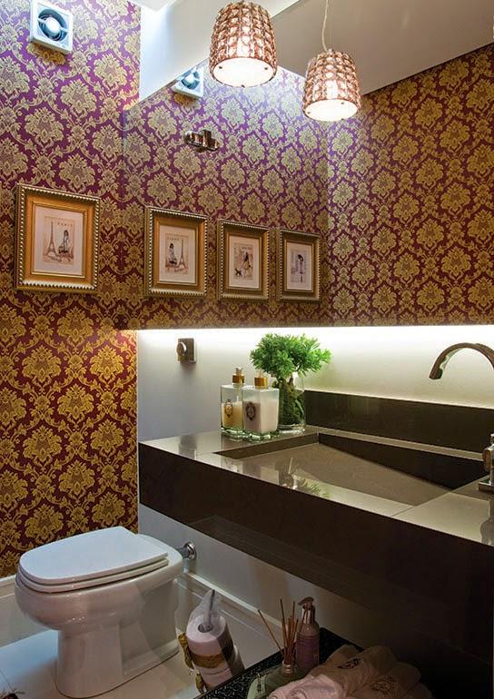 decoracao lavabo papel de parede : decoracao lavabo papel de parede:Lavabo com quadros de molduras douradas e papel de parede na cor vinho