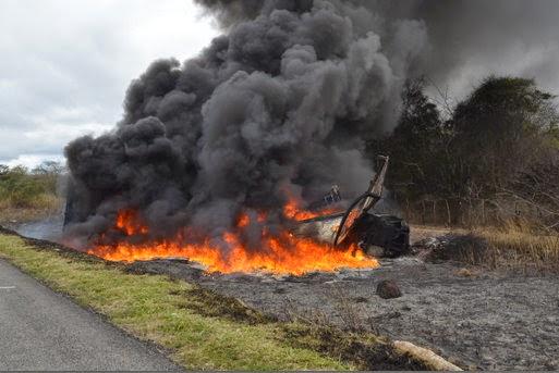 Veículos incendiaram com a colisão.   (Foto: Adelson Meira/Portal Poções)