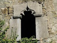 Detall de la finestra gòtica de la façana de migdia del Solà del Sot