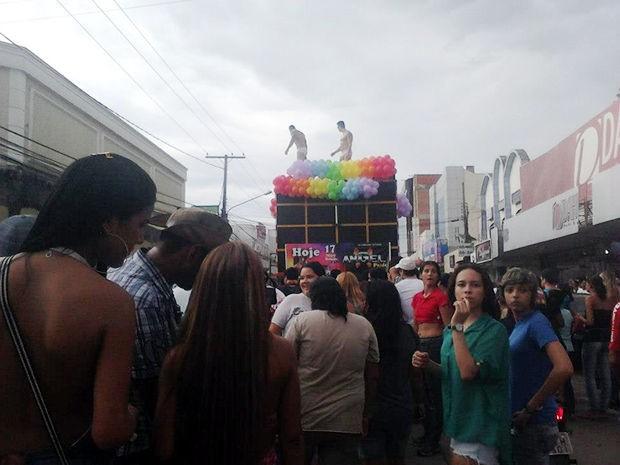 Parada do Orgulho LGBT coloriu avenidas de Várzea Grande neste sábado (Foto: Norma Oliver)