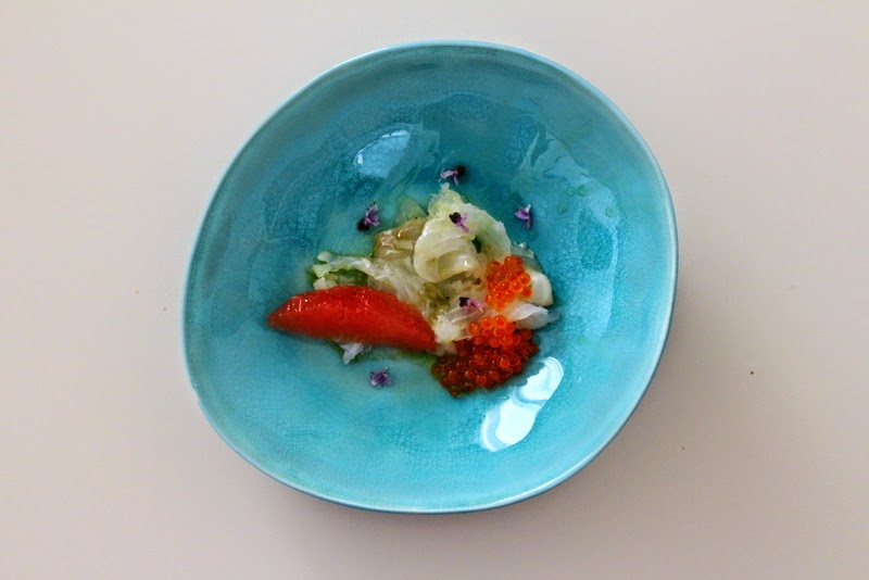 Kabeljau in Basilikum-Grappa-Beize mit Pink Grapefruit, Forellenkaviar, Basilikumöl und Basilikumblüten | Arthurs Tochter Kocht by Astrid Paul