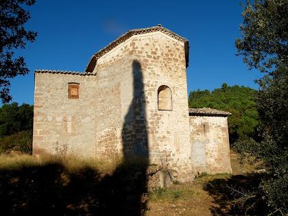 L'església de Santa Maria de Merola amb l'ombra de la Torre en el seu absis