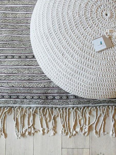 Wełniane pufy, dywany, pledy i kosze do wnętrza