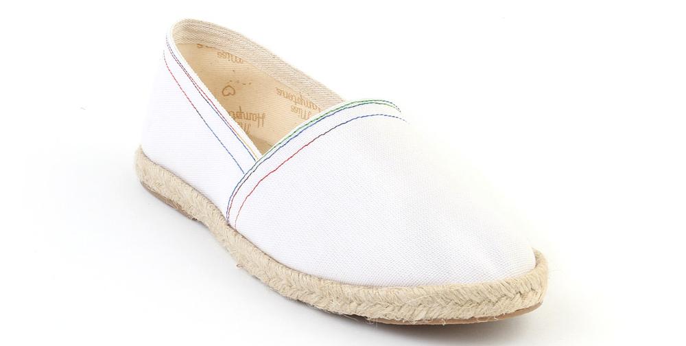Después de desechar las alpargatas estampadas (eso ya sería too much), creo que la mejor opción son estas blancas de la marca Miss Hamptons.