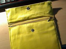 a bolsa amarela aberta