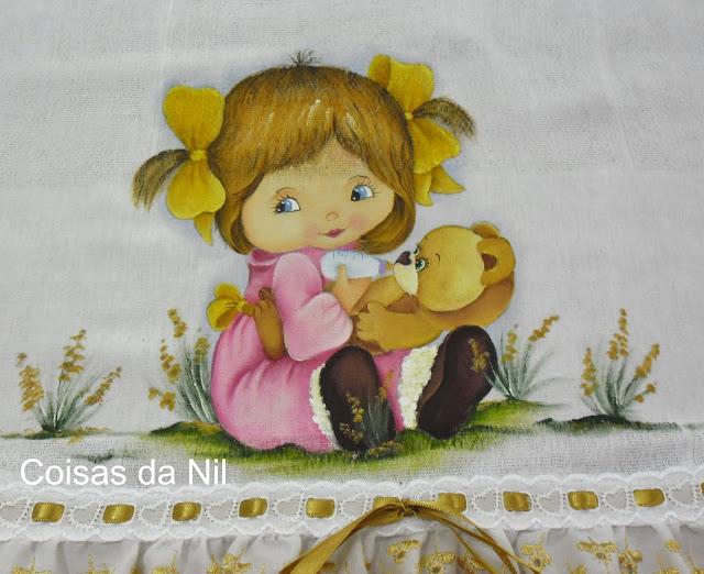 fralda pintada com menina dando mamadeira para ursinho de pelucia