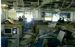 Foto Dampak Gempa Bali Baru - Sebuah ruang kantor porak-poranda akibat diterjang gempa berkekuatan 6,8 SR yang terjadi di Bali, Kamis (13/10/2011).