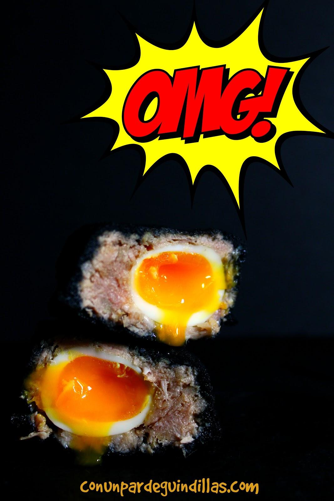 Huevos a la escocesa, pero en tempura negra y rellenos de atún y huevos de codorniz