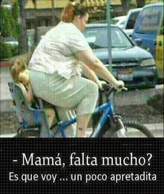 Madre con su hija paseando con la bicicleta humor