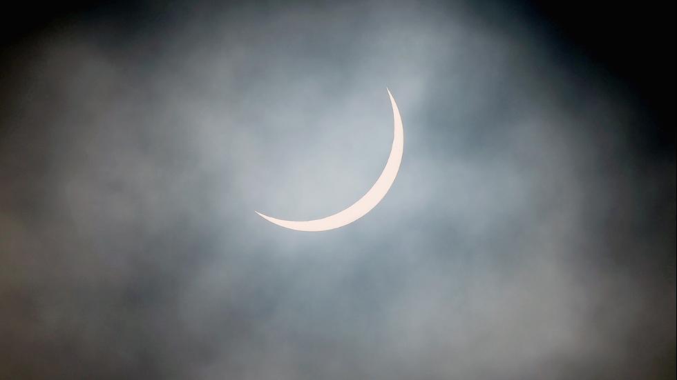 Частичное солнечное затмение над Глазго, Шотландия.