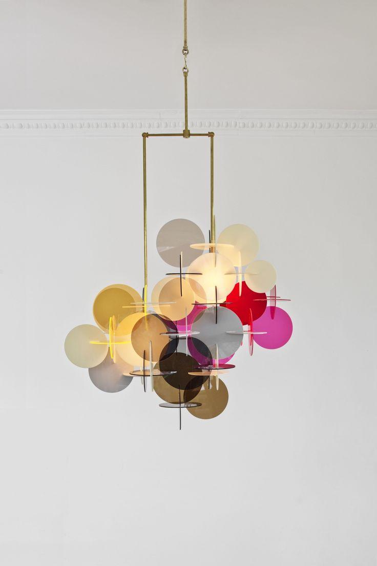 moderne lysekrone i plexi glas og messing
