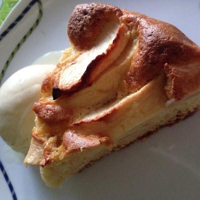fetta di torta alle mele con gelato ala vaniglia