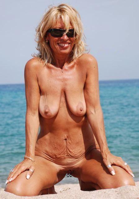 Nudistin mit leeren Brüsten beim FKK