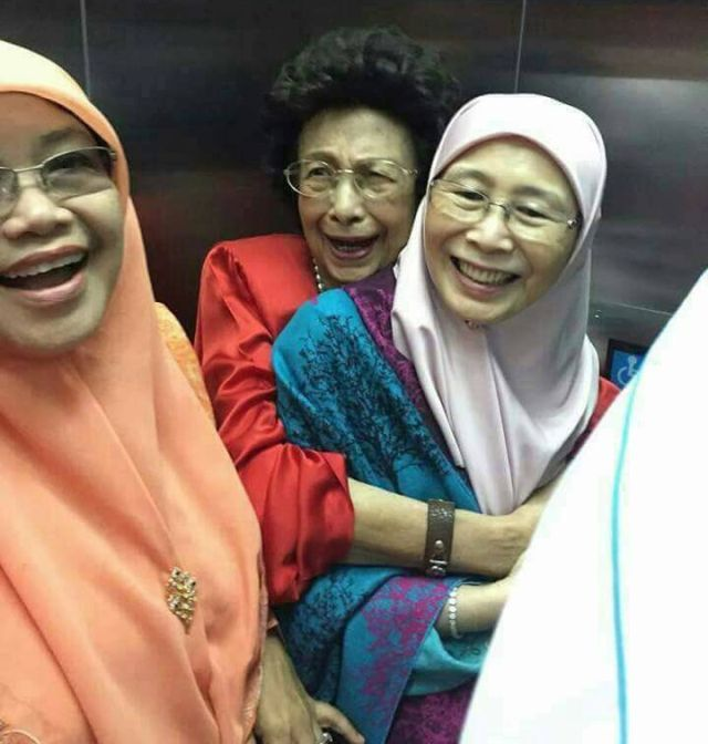 ISTERI-ISTERI PEMIMPIN PAKATAN HARAPAN; TUN SITI HASMAH ,WAN AZIZAH DAN NORMAH SPT. SATU KELUARGA!