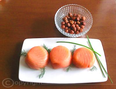 antipasto di salmone affumicato con ripieno di formaggio, uova e nocciole