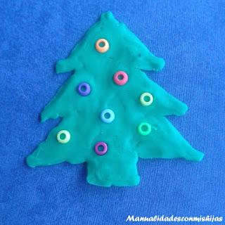 Pintando pino de navidad con plastilina y abalorios