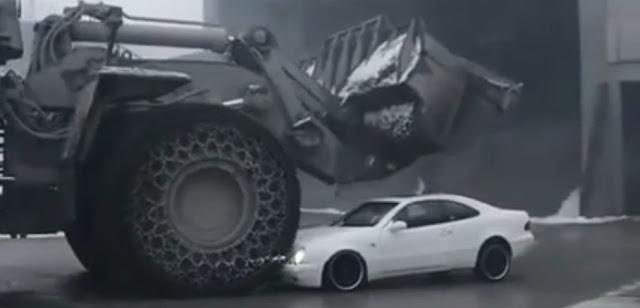 Radlader zerlegt Mercedes-Benz CLK