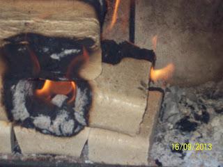 Kostki brykietu drzewnego Golden Stone w kominku