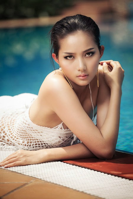 Phan Nhu Thao sexy at swimming pool