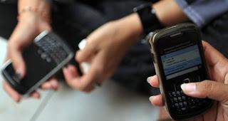 """El Gobierno del Distrito Federal (GDF) y la empresa RIM presentaron una aplicación que avisará con 40 segundos de anticipación cualquier movimiento telúrico generado en la región del Pacífico y que tiene un índice de confianza de 9 sobre 10. Por lo pronto, RIM ha sido la única empresa que ofrece esta tecnología para recibir la señal de alerta y enviarla simultáneamente a millones de usuarios por medio de la plataforma Blackberry. Esto es porque concentra el 42% de los smartphones a nivel nacional. Se puede descargar desde la página del GDF """"Ciudad Segura"""" y es compatible con los sistemas"""