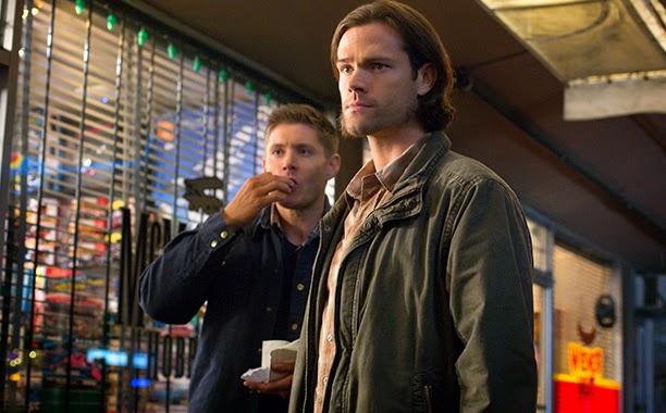 Supernatural S10E09. Sam y Dean enfrente de la tienda.