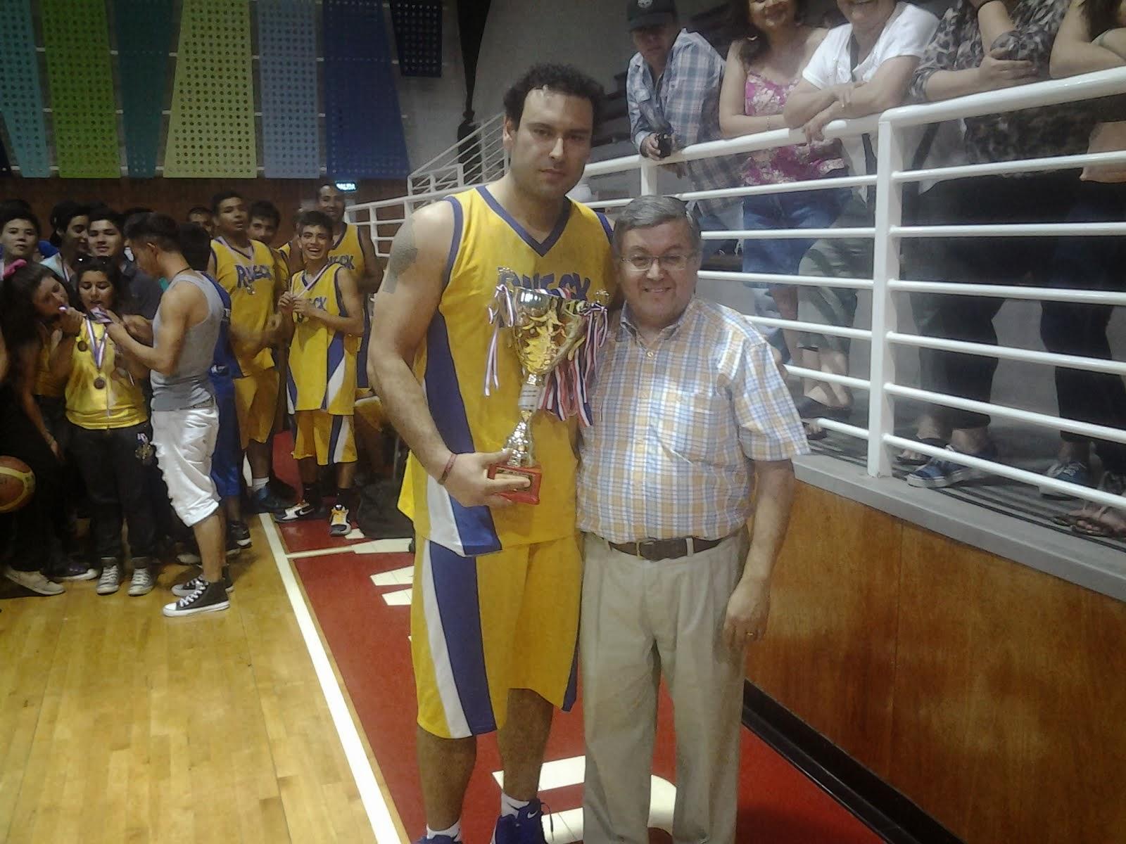 El Capitán recibiendo la copa del campeón