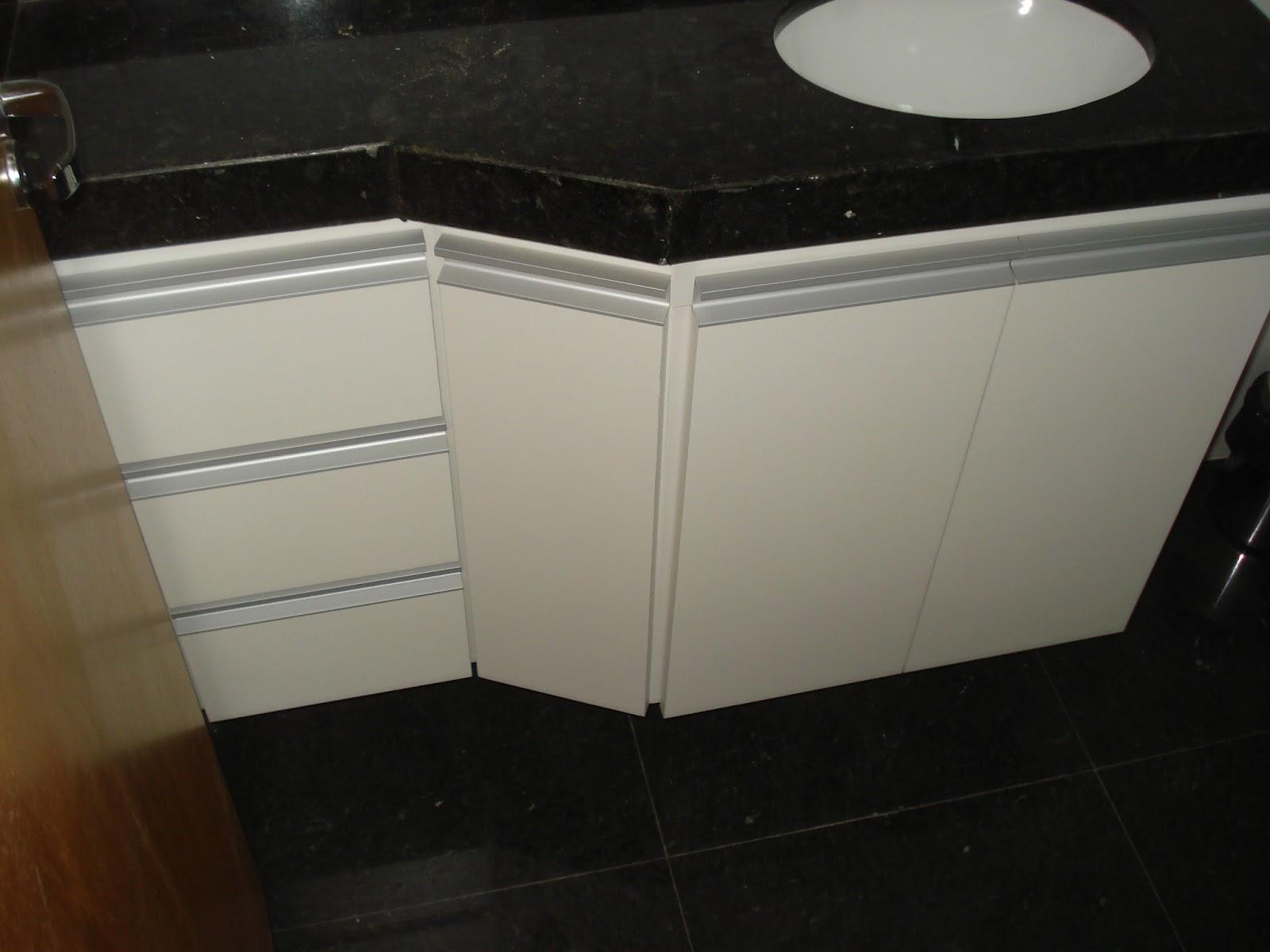 Banheiro (Padrão Branco) Portas em 18mm Puxadores em Perfil de #604B2D 1600x1200 Armario Banheiro De Aluminio