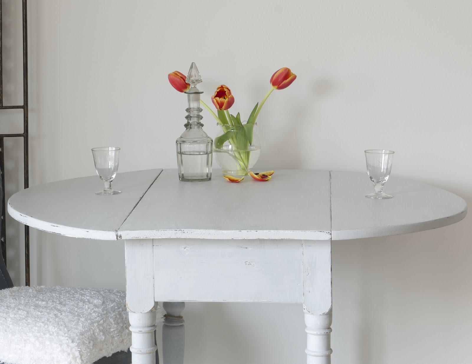 Gammalt Koksbord Till Salu : Charmigt nott och slitet or detta gamla slagbord