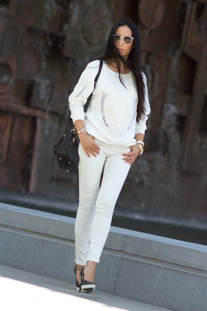 TOTAL WHITE Outfit: Sudadera bordada y zapatos de plataforma de goma