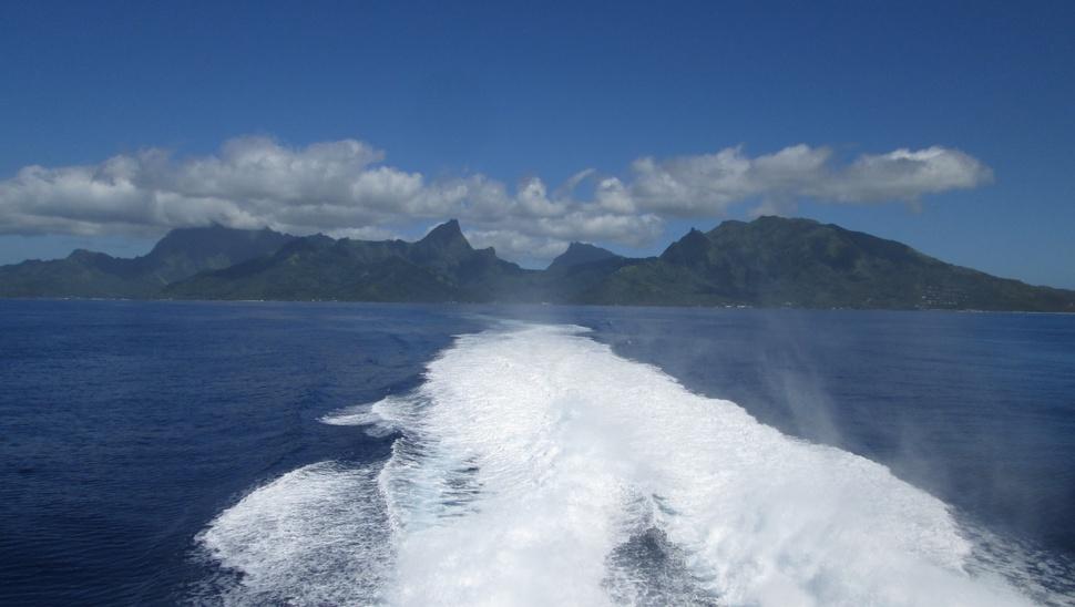 Le navire Terevau quitte la baie de Vaiare à Moorea