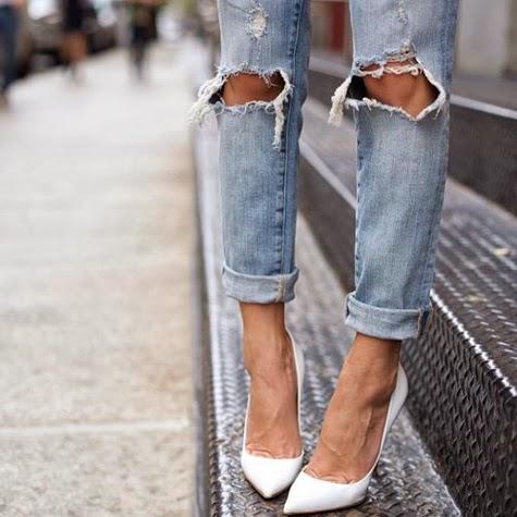 Zapatos blancos con vaqueros rotos