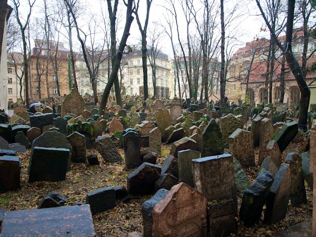 El cementerio judio de Praga vista general