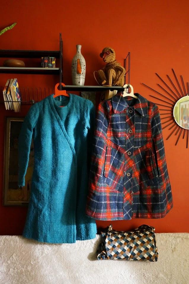 atomium tomado etageres 1950 50s wool dress coat 1960 60s 1970 70s plaid cape 80s harlequin fabric A défaut de vacances, petit weekend à Bruxelles : des frites , de la Mort Subite , de la pluie ... mais pas seulement !  des Tomado , un souvenir de l'Atomium   une robe manteau 50's , une cape écossaise , du tissu
