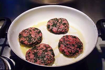 cuocete gli hamburger in padella con 1 cucchiaio di olio