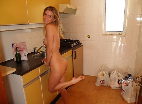 фото ходит голая при гостях