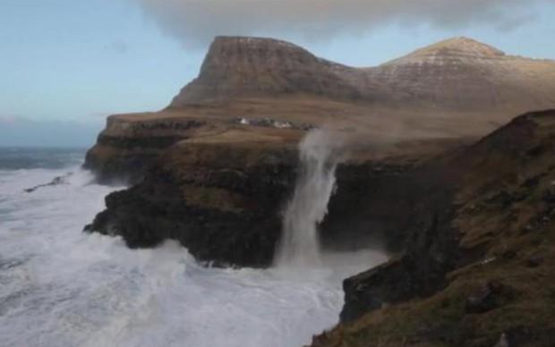 Fortes ventos criaram 'cachoeira ao contrário' nas Ilhas Faroe (Foto: Reprodução/YouTube/Mortan Mortensen)