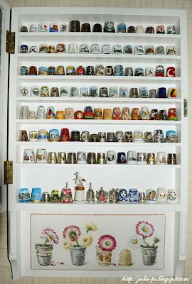 шкаф для наперстков, витрина для наперстков, полочка для наперстков, полка для наперстков, коллекция наперстков, наперстки, маргаритки в наперстках, вышивка
