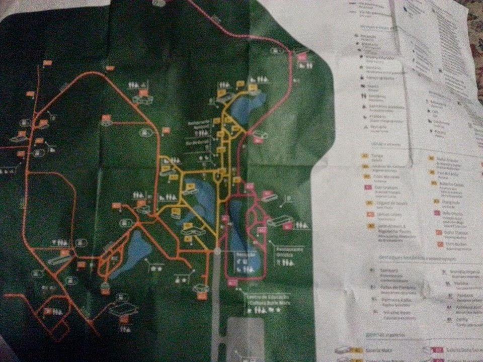 Foto do mapa das trilhas e obras de Inhotim