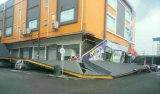 Pokok tumbang, struktur atap runtuh ribut badai Kuching