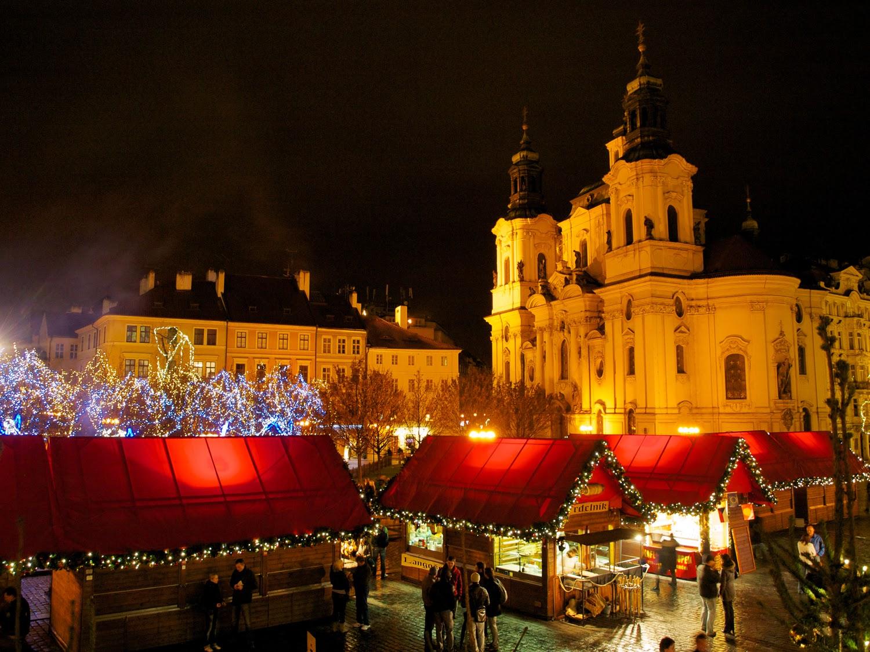 San Nicolás y el mercado en Staroměstské náměstí de noche