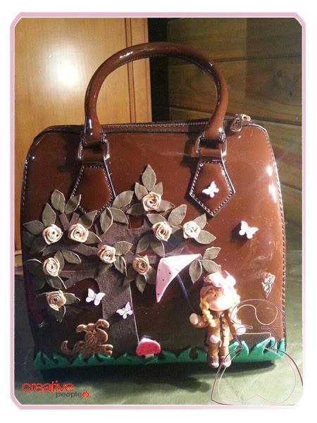 Bolso de mano en charol decorado a mano por Sylvia Lopez Morant