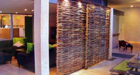el segundo separador esta realizado con ramas de rbol dispuestas en sentido vertical sobre una estructura donde se disponen a manera de tejido - Separadores De Ambiente