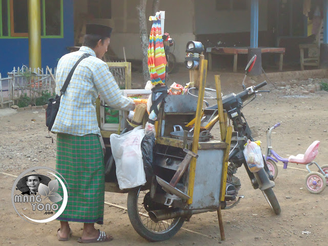 Penjual basreng keliling di Subang, pakai sarung. Foto jepretan admin