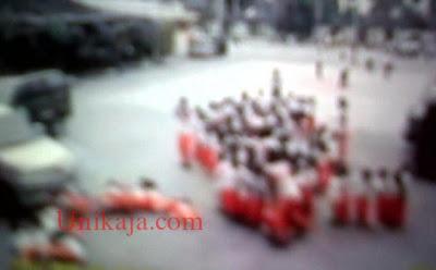 Foto Mobil Guru Tabrak 17 Murid TK