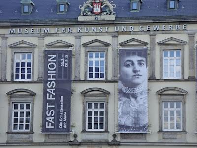 """Museumf%25C3%25BCrKunstundGewerbeHamburg - """"Fast Fashion""""-Ausstellung in Hamburg- Mein Bericht"""