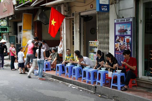 Típica estampa de Hanoi. Todo el día comiendo...