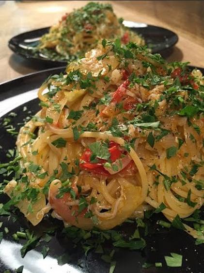 イベントの交流会の食事に、出張シェフが料理:シラスとトマトのスパゲッティーニ