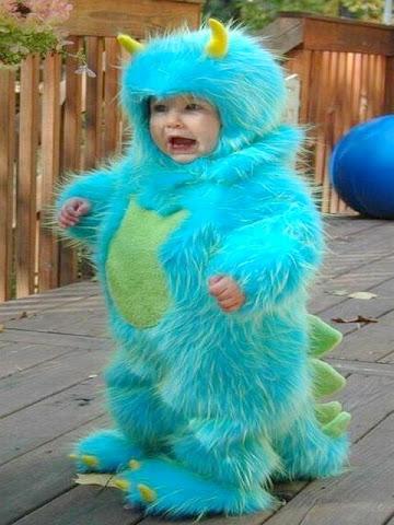 Criança pequena fantasiada de monstrinho.