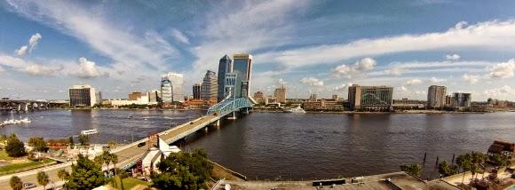 Jacksonville Sehenswürdigkeiten Skyline auf Johns River und Brücke - sehr sehenswert