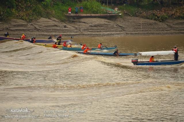 Locals riding the Sri Aman's tidal bore in longboats  | Sarawak Malaysia Borneo
